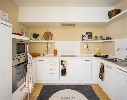 white_kitchen_mediterranean_house