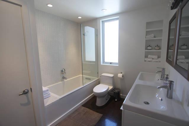 beautiful_contemporary_white_bathroom