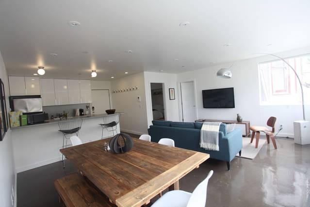 open_space_dinig_kitchen_living_room_blue_sofa_floor_lamp
