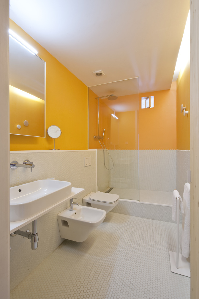 yellow_walls_in_bathroom_and_white_tiles