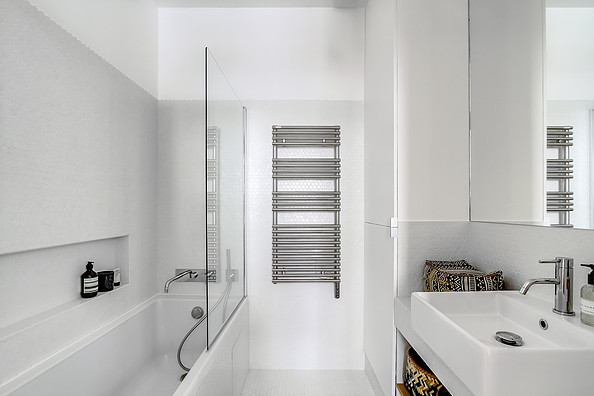 small_white_clean_bathroom